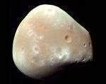 NASA公布毅力號火星車拍到火衛二圖像