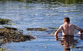 消防隊查看河中「屍體」 竟是有人躺著休息