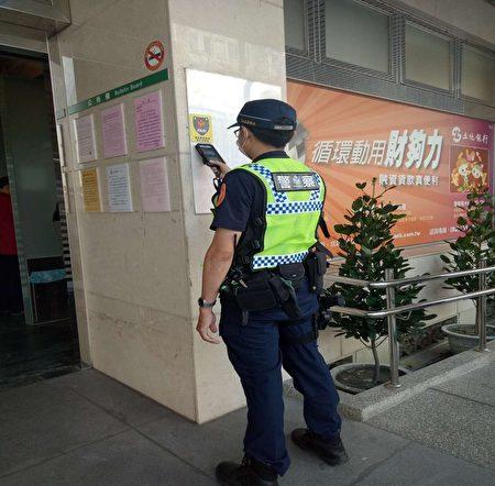 電子巡邏箱員警只要利用M-Police警用行動電腦或員警自身手機,靠近巡邏點的晶片就可1秒簽到。
