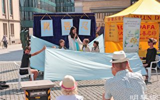 瑞士名城廣場上演別緻兒童劇 觀衆稱讚真善忍