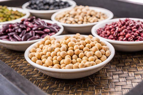 """名称都有""""豆""""的食物,因营养成分差异,而分为五谷杂粮类、蛋豆鱼肉类及蔬菜类。(Shutterstock)"""
