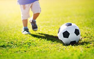 足球比赛中 二岁幼童冲入球场 视频热传