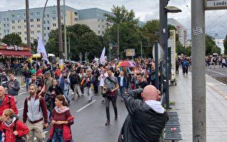 被禁七次 柏林民众坚持周末游行抗议防疫措施
