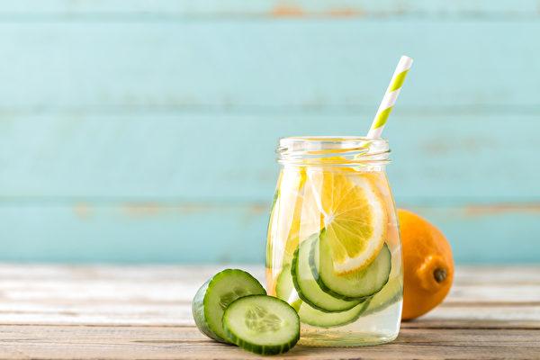 不喜欢喝没味道的白开水?4种柠檬水,简单易做又好喝。(Shutterstock)