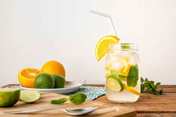 柳橙柠檬水帮助补充维他命C、防晒。(Shutterstock)