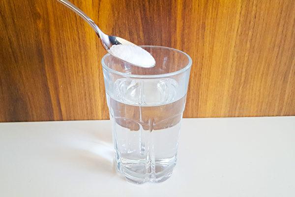 鹽水等天然漱口水能預防蛀牙、牙周病。(Shutterstock)