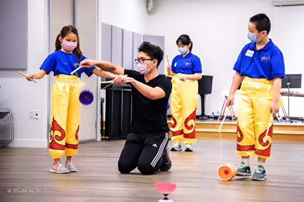 启扬中心中华文化体验营  小朋友学习舞狮古筝扯铃