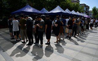 組圖:上海出現病例 居民排隊接受病毒檢測