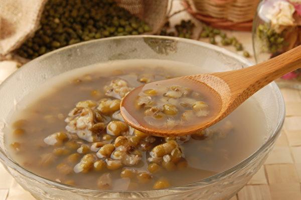 生活中充斥各种毒素,来碗甘草黑豆汤、甘草黑豆汤,帮身体解百毒。(Shutterstock)