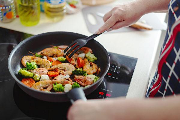 """烹饪时注意所用食用油的""""发烟点"""",成为确保健康的一个重要环节。 (shutterstock)"""