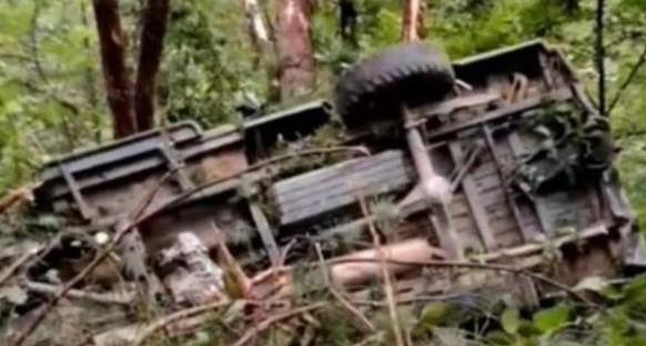 安徽太湖一皮卡車墜入80米深崖 12人遇難
