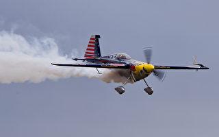 他开飞机44秒内高速穿越2隧道 创世界纪录