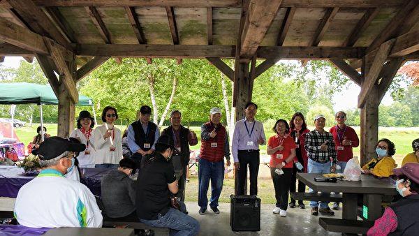 圖:溫哥華台灣客家會於9月5日在Deas Island聚會歡度中秋/重陽節。圖為溫哥華台灣客家會現任理事們合影。(溫哥華台灣客家會提供)