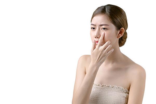 眼袋与老化、熬夜及其他不良习惯有关,中医3招消除眼袋。(Shutterstock)