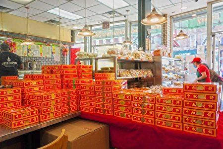 光華餅家店內堆滿中秋月餅禮盒。