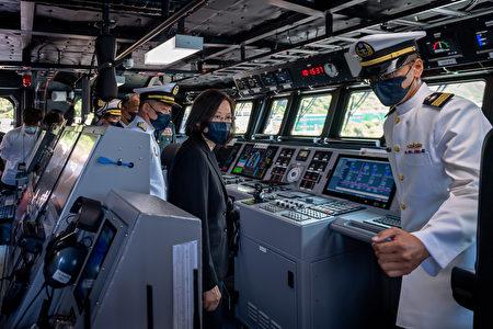 """总统蔡英文9日赴苏澳中正基地主持""""海军塔江舰成军暨快速布雷艇交艇典礼"""",并登舰巡视。"""