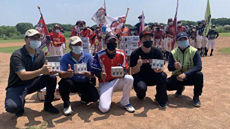 立委陈柏惟8/28出席台湾社区棒球发展协会2021种子杯棒球邀请赛开幕式,并致赠大人物农产运销合作社在地农产黑豆奶。