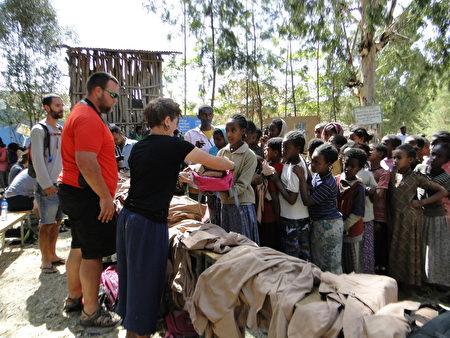 車友贈送衣服、書包給失學的孤兒。(衣索匹亞)
