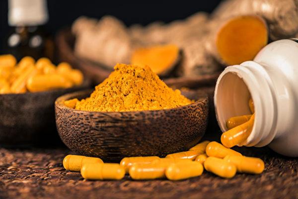 时常腰酸背痛的人,家里可准备4种应急的消炎药、止痛药。(shutterstock)