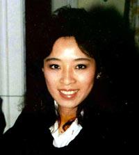 在20年前9·11恐袭中第一个报告劫机消息的华裔英雄空姐邓月薇。