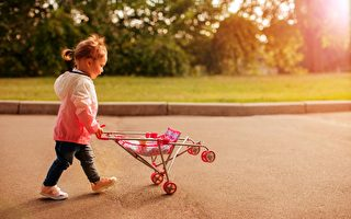 三歲孤童逆走車流 巴士司機停車施救
