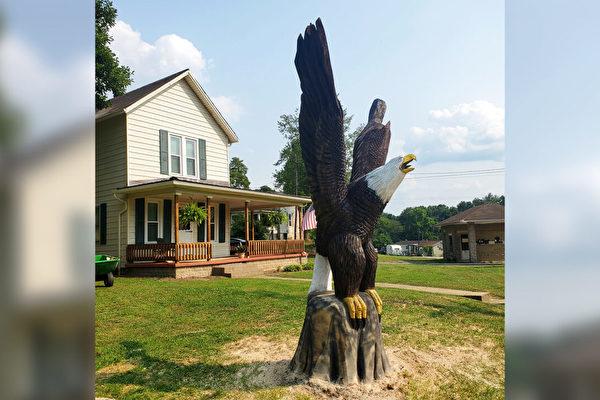 組圖:俄州工匠為老兵雕刻巨型木製白頭鷹