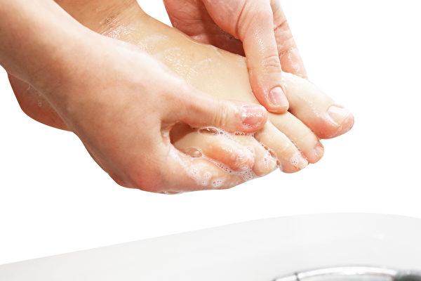 用對的方式洗腳、泡足浴,能加強足部保養,提升排毒、助眠的效果。(Shutterstock)