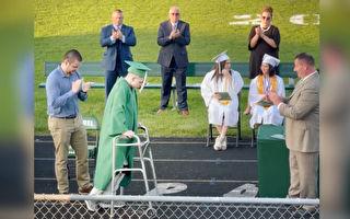 癱瘓高中生畢業典禮上走過舞台 領取畢業證
