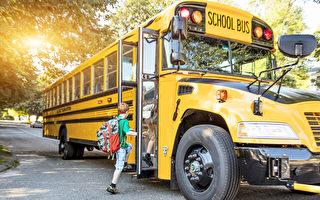 開學首日 小男孩被關校車上1小時 家長憤怒