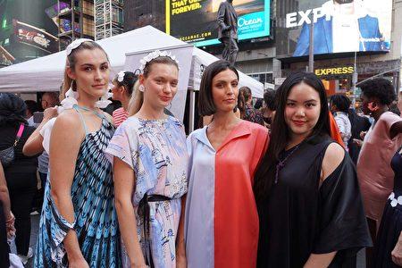 亞裔設計師李沛儒(右一)與身著「Gloria Lee」品牌服裝的模特兒合影。