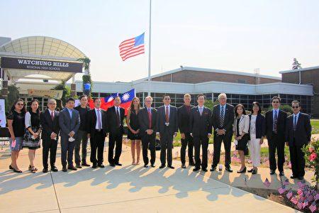 圖為出席梅山中文學校及普林斯頓中文學校「台灣華語文學習中心」揭牌儀式的嘉賓合影。