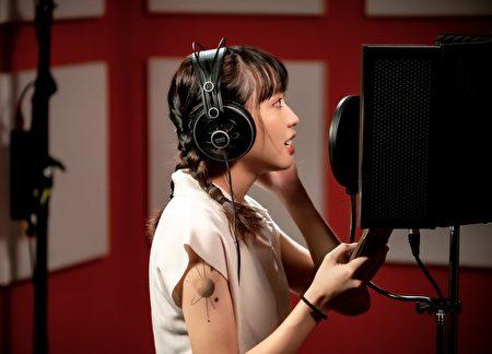 新生代女聲李芷婷同為青年,為此次共創歌曲獻聲。