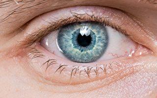 说变就变 德国男子可以任意改变瞳孔大小