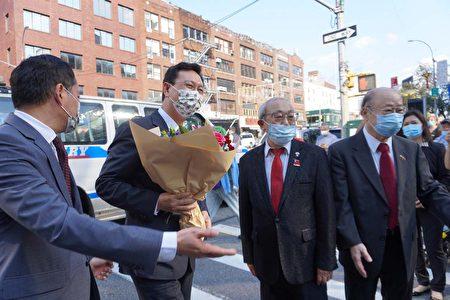 中华民国侨委会委员长童振源初抵纽约市曼哈顿华埠,当地侨领在勿街街口欢迎。