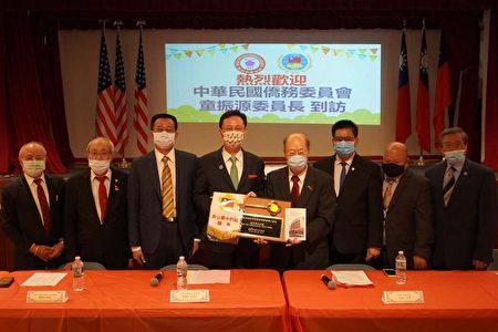 """纽约中华公所主席于金山代表侨领赠送""""纽约华埠之钥""""。"""