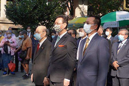 纽约中华公所主席于金山(左一)、侨委会委员长童振源(中)与经文处副处长张俊裕(右一)在哥伦布公园向国父孙中山铜像献花。