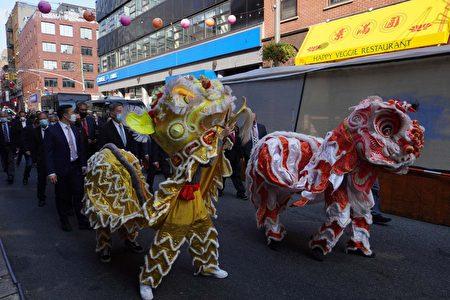 华埠侨领以舞狮队欢迎中华民国侨委会委员长童振源参访纽约中华公所。