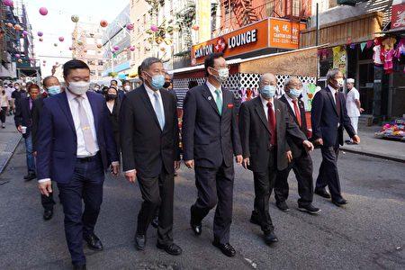 侨委会委员长童振源与纽约侨领步行在华埠社区。