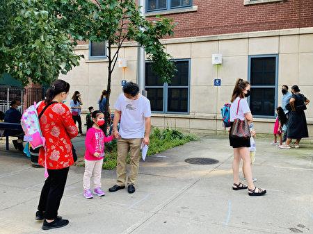 9月13日开学第一天,法拉盛居民杰克吴(Jake Wu)送女儿回学校上课。