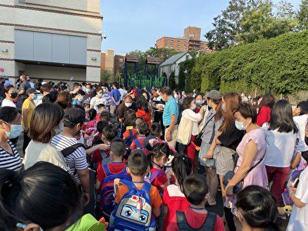 开学第一天,纽约市公立学校恢复全面面授课,学生全部需要返校,图为法拉盛第24小学。