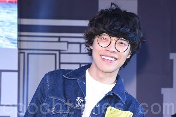 卢广仲公开专辑视觉照 出道13年首摘眼镜