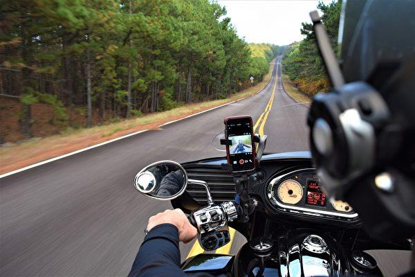 把iPhone架在摩托车上 恐损及这项功能