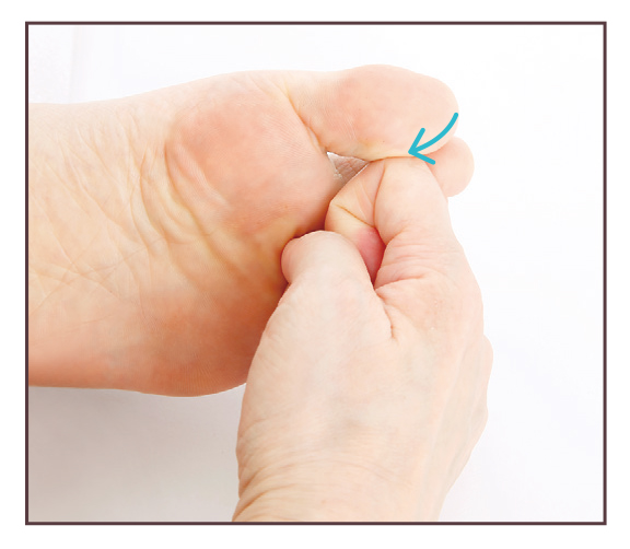 從大拇趾尖開始往腳趾甲邊緣的內側給予刺激。(蘋果屋提供)