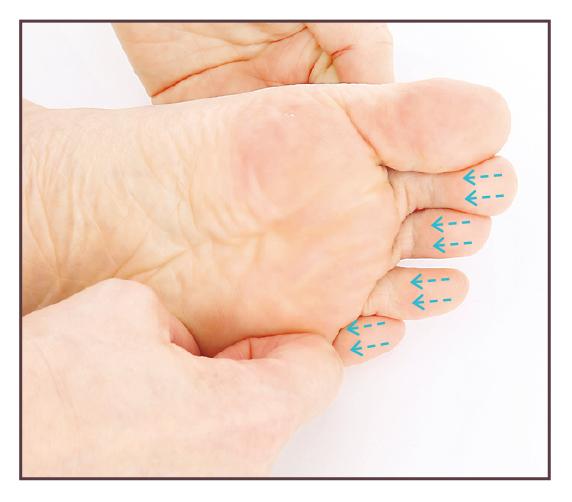 按壓著拇趾以外的4個腳趾趾腹由上往下滑動。(蘋果屋提供)