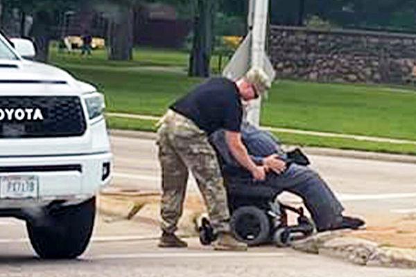 士兵当街停车帮助坐轮椅男过马路 感动网友