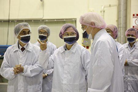 總統蔡英文(左3)14日上午到訪總部位於新竹市的國家太空中心,視察我國研發自製的「獵風者衛星」。