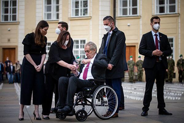 捷克两任总统被送入医院 具体原因不明