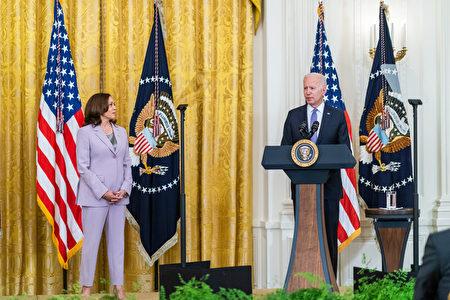 右起美国总统拜登、副总统贺锦丽。