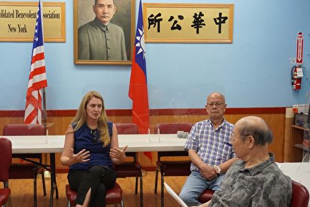 紐約市議員候選人莫美倫與僑領相談甚歡。