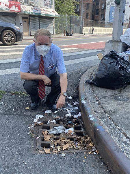 寇顿众议员检查布碌崙辖区的情况,发现许多集水池表面被树叶和垃圾堵塞,底部也被垃圾堵塞。
